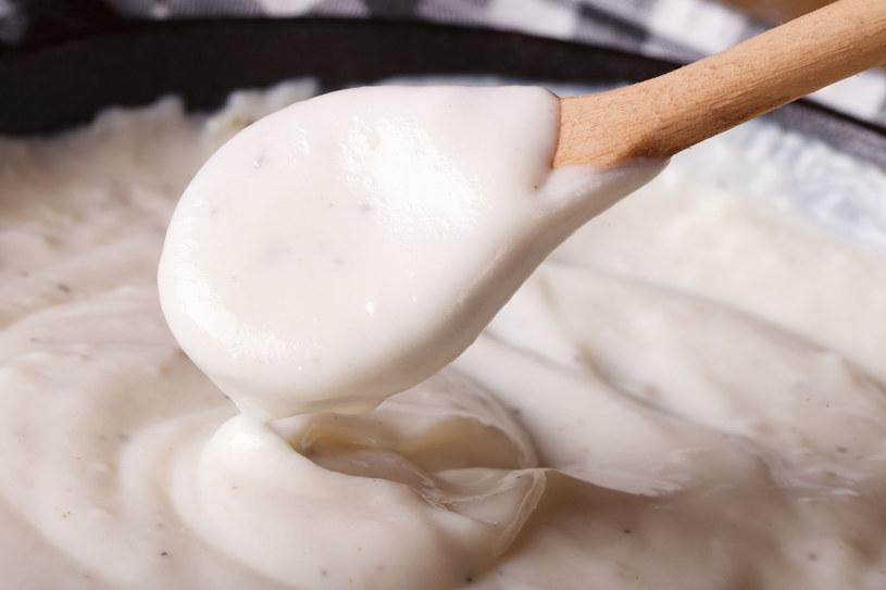 Gdy zasmażka zacznie się przyrumieniać, powoli dolewamy mleko, cały czas intensywnie mieszając /123RF/PICSEL