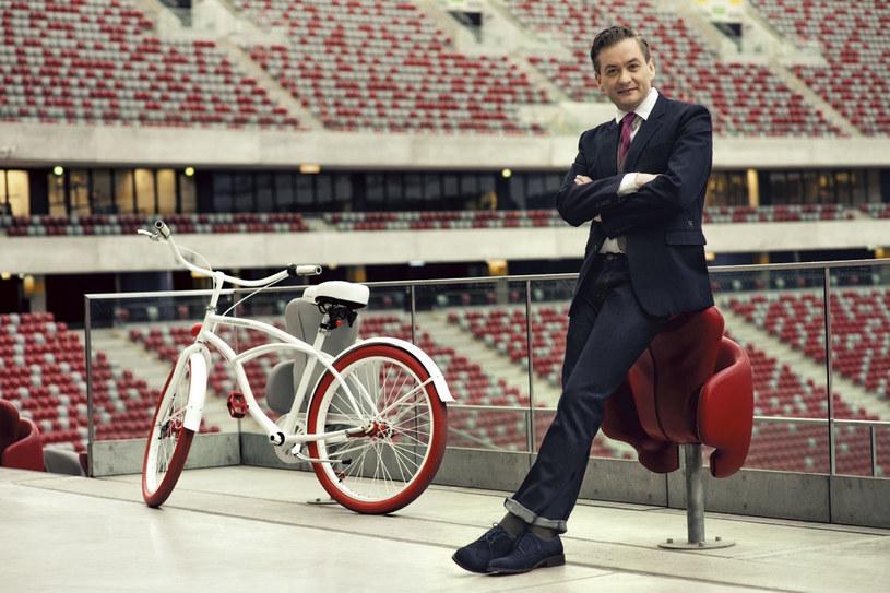 """Gdy został prezydentem Słupska znowu okazał się """"inny"""". Zrezygnował z limuzyny, jeździ na rowerze. Kazał urzędnikom pić wodę z kranu, bo dobra i tania. Na razie mu klaszczą i mówią dzień dobry /Radek Polak /Twój Styl"""