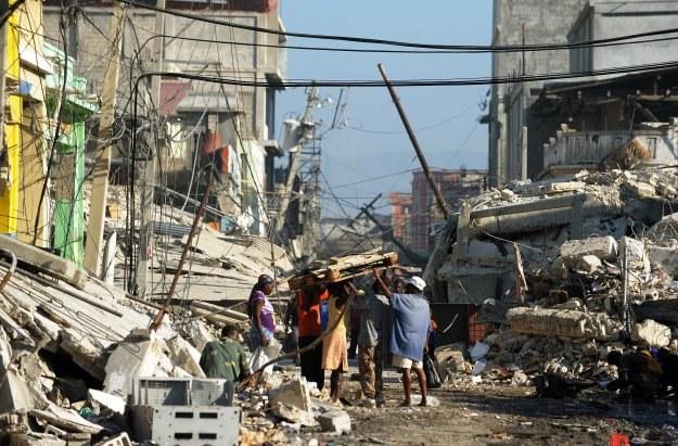 Gdyby na Haiti więcej budynków wznoszono zgodnie ze standardami, przetrzymałyby one trzęsienie /AFP