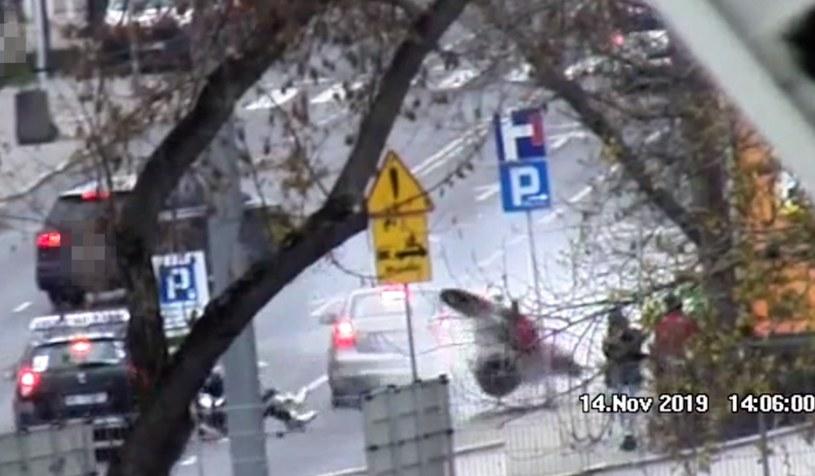 Gdyby nie znak i betonowy śmietnik motocykl uderzyłby w pieszych /Policja