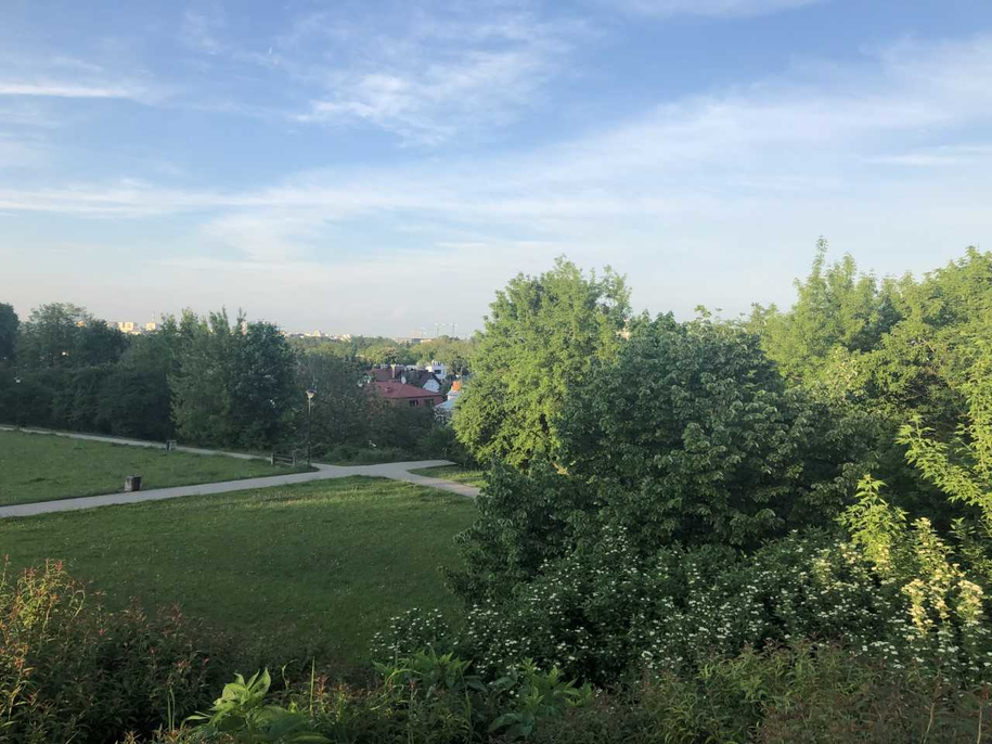 Gdyby skocznia działała do dzisiaj, to... skoczkowie mogliby mieć taki widok na współczesną Warszawę! Taka panorama rozciąga się ze wzniesienia, na którym znajdowała się skocznia /Michał Dobrołowicz /RMF FM