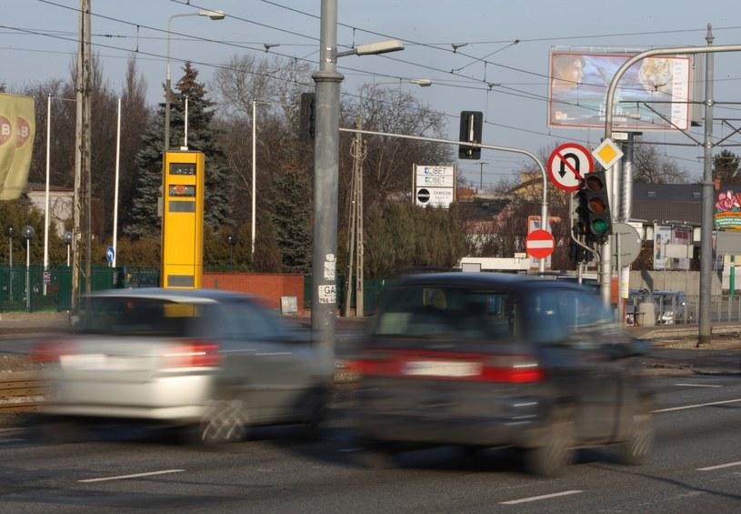 """Gdyby wszystkich """"piratów drogowych"""" przyłapywać na popełnianych wykroczeniach, wówczas prawo jazdy traciłoby corocznie... 220 000 kierowców /Stanisław Kowalczyk /Reporter"""
