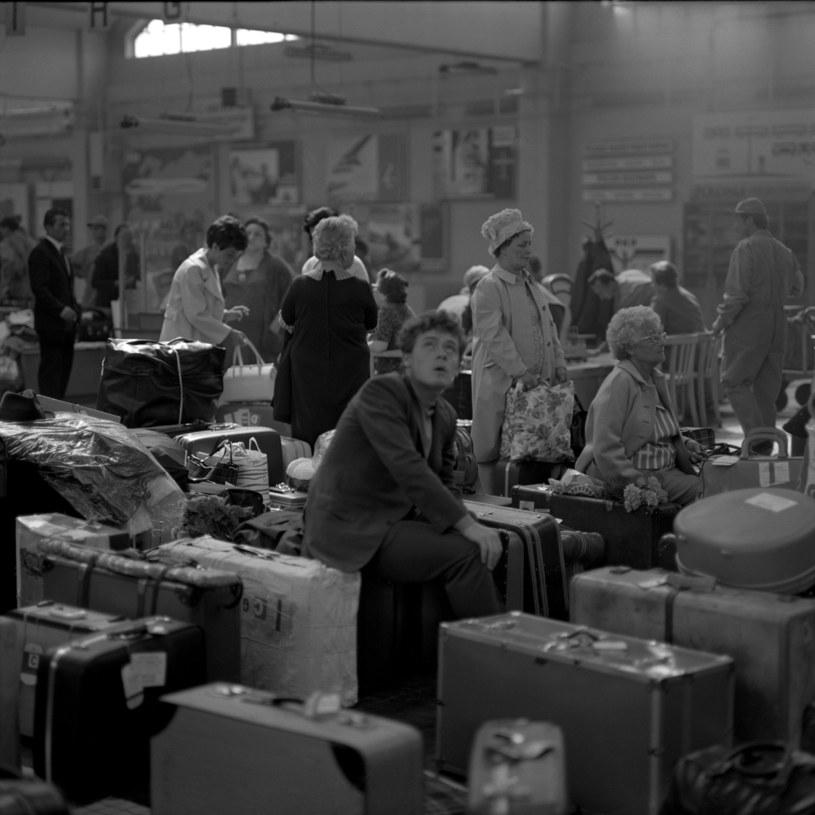 """Gdynia, 1969 r. Pasażerowie """"Stefana Batorego"""" w oczekiwaniu na kontrolę bagażową /Andrzej Wiernicki /Agencja FORUM"""