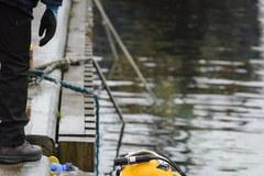 Gdynia: Od tygodnia trwa podnoszenie jachtu, który zatonął w marinie
