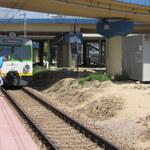 """Gdzie kasa a gdzie peron? Pasażerowie po bilety """"skaczą"""" przez tory"""