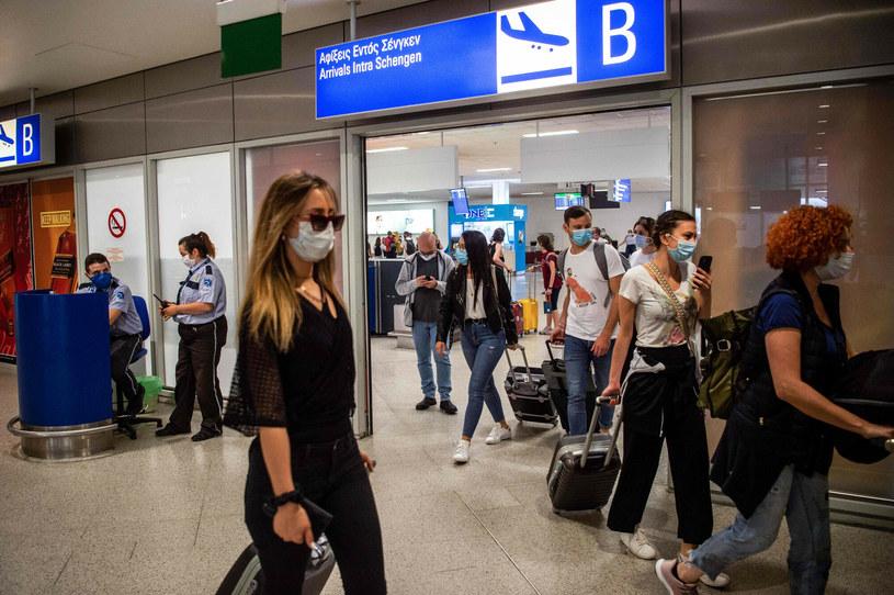 Gdzie na lotnisku może czaić się koronawirus? W wielu miejscach... /ANGELOS TZORTZINIS / AFP  /East News