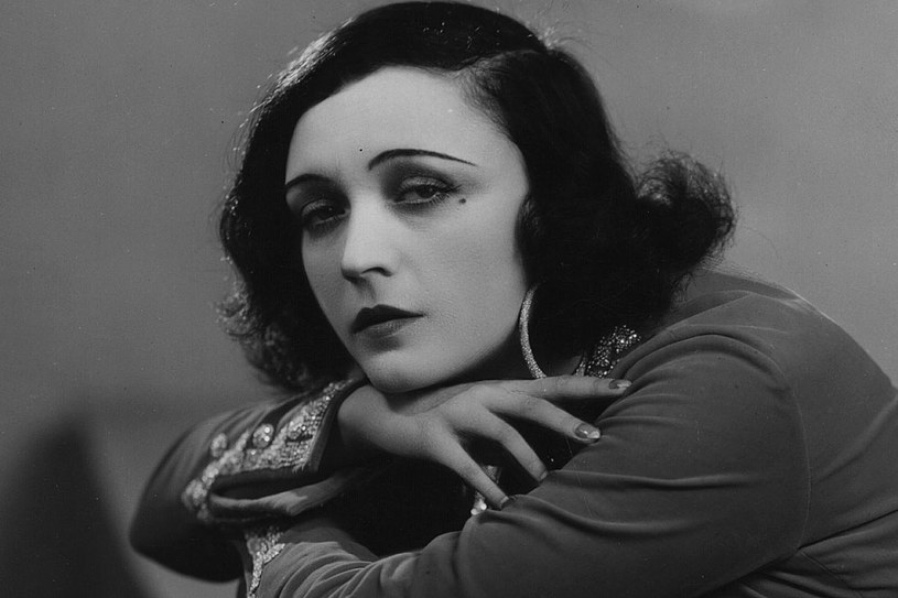 Gdzie tylko się pojawiała, uwagę zwracała jej biżuteria: dziesiątki kosztowności z diamentami czy perłowe broszki /Photo by Sasha /Getty Images