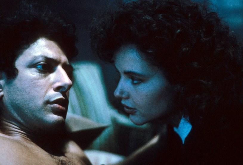 """Geena Davis i Jeff Goldblum w filmie """"Mucha"""" (1986) /materiały dystrybutora"""