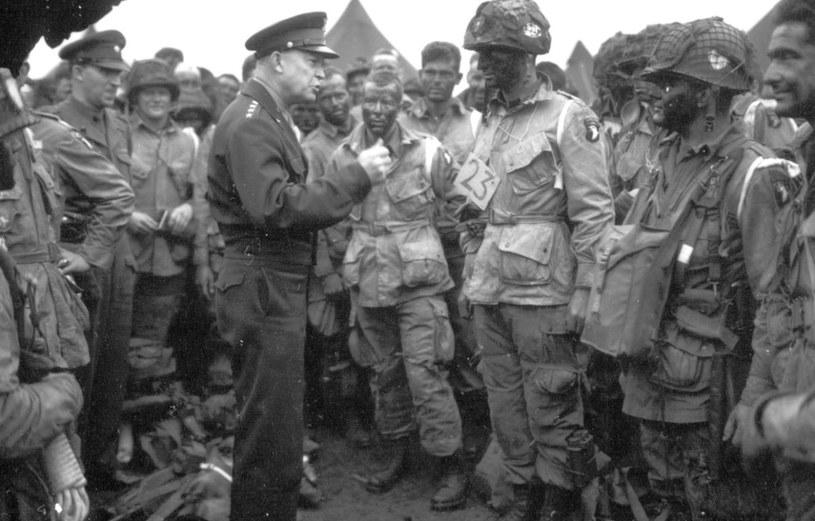 Gen. Dwight Eisenhower rozmawia z por. Wallace' em C. Strobelem i żołnierzami kompanii E 2. batalionu 502 Pułku Piechoty Spadochronowej przed wylotem na operację Albany /domena publiczna