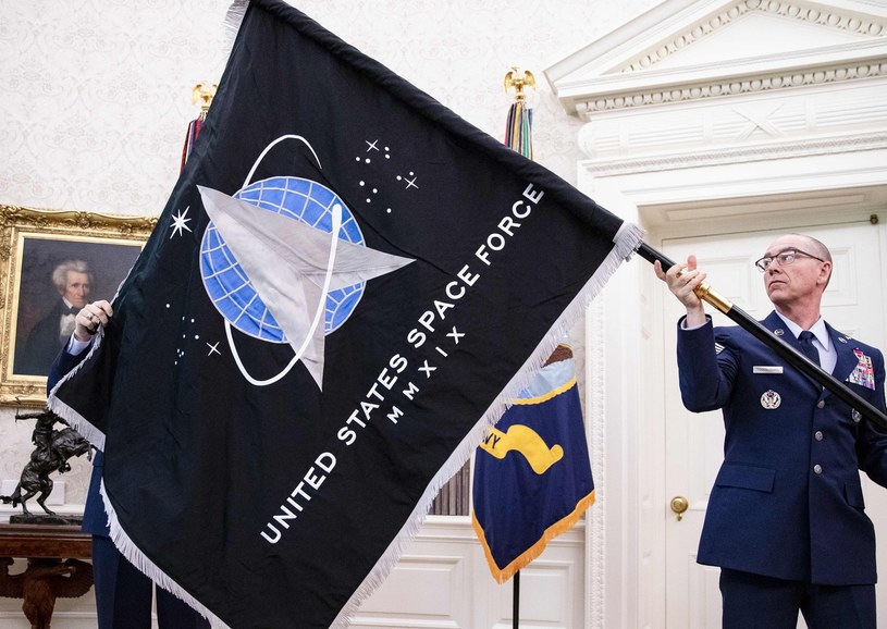 Gen. Jay Raymond, Chief of Space Operations z flagą jednostki US Space Force /AFP