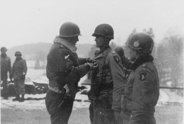 Gen. Patton odznacza żołnierzy 101 Dywizji Powietrznodesantowej po bitwie o Bastogne /INTERIA.PL/materiały prasowe