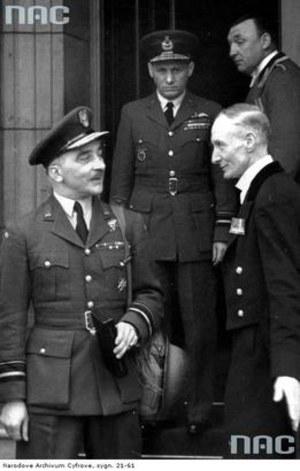 Gen. Stanisław Ujejski - inspektor generalny Polskich Sił Powietrznych (pierwszy z lewej) /Z archiwum Narodowego Archiwum Cyfrowego