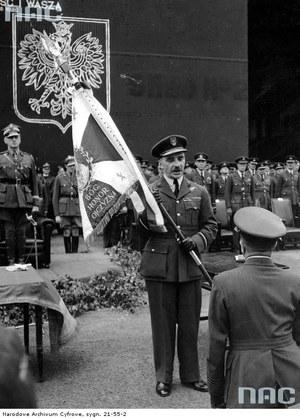 Gen. Stanisław Ujejski - inspektor generalny Polskich Sił Powietrznych przekazuje sztandar dowódcy 300 dywizjonu bombowego, lotnisko Swinderby, 1941 /Z archiwum Narodowego Archiwum Cyfrowego