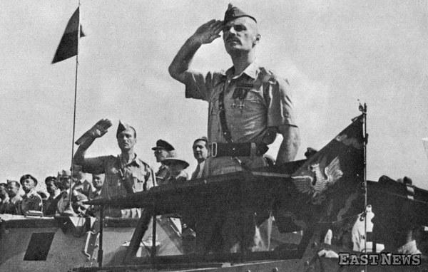 Gen. Władysław Anders, dowódca 2. Korpusu Polskiego we Włoszech, podczas uroczystości poświęcenia sztandaru 5 K.D.P.