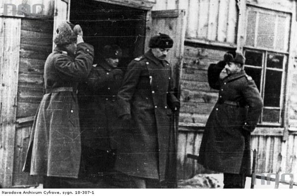 Gen. Władysław Anders dokonuje inspekcji oddziałów Armii Polskiej w ZSRR