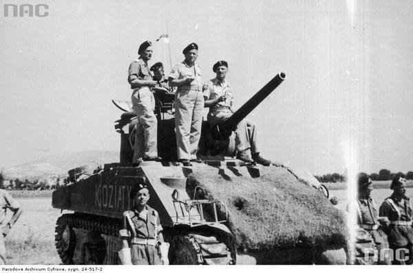 Wizyta Naczelnego Wodza gen. Władysława Andersa w 2. Korpusie Polskim w Bolonii, kwiecień 1945, n/z gen. Anders siedzi na wieży czołgu M4 Sherman, obok niego stoi gen. Bronisław Rakowski