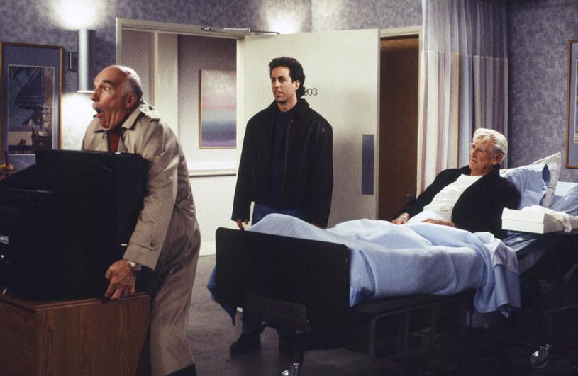 """Gene Dynarski (pierwszy z lewej) w scenie z sitcomu """"Seinfeld"""" /Joseph Del Valle/NBCU Photo Bank/NBCUniversal /Getty Images"""