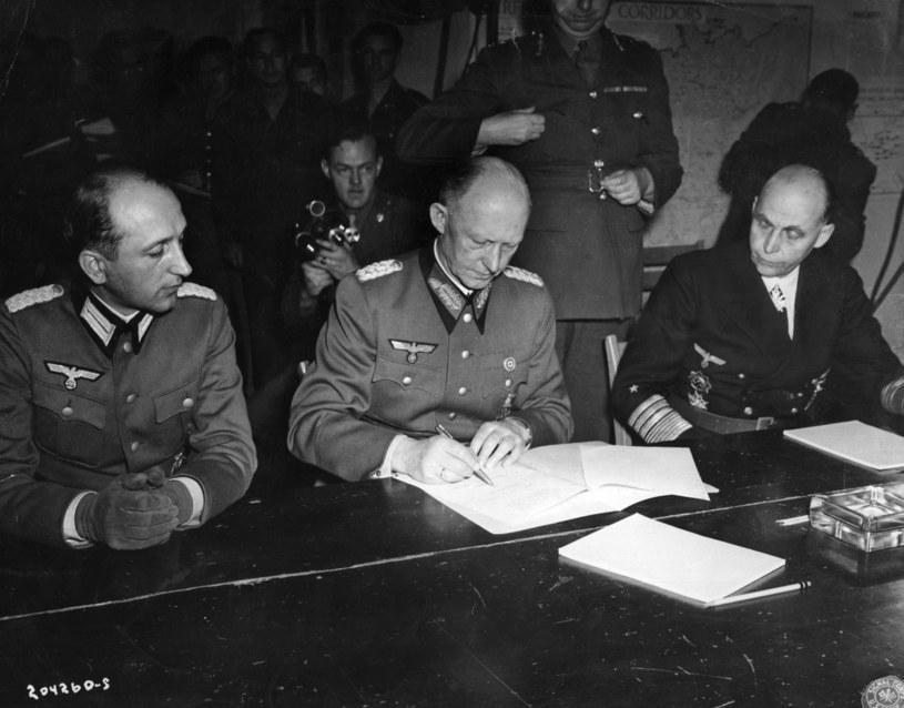 Generał Alfred Jodl podpisuje akt kapitulacji fot. Hulton Archive /AFP