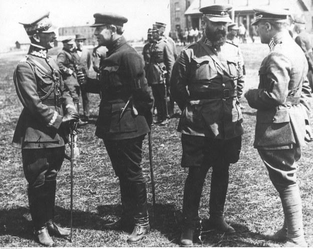 Generał Antoni Listowski (pierwszy z lewej) podczas rozmowy z atamanem Semenem Petlurą (drugi z lewej). Zdjęcie z wiosny 1920 roku /Z archiwum Narodowego Archiwum Cyfrowego