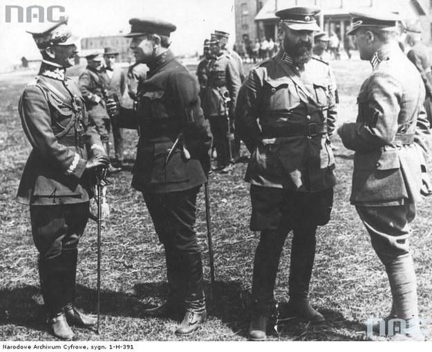Generał Antoni Listowski (z lewej) podczas rozmowy z atamanem Semenem Petlurą (drugi z lewej). Marko Bezruczko z prawej /Z archiwum Narodowego Archiwum Cyfrowego