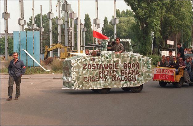 Generał Czesław Kiszczak zagroził strajkującym wprowadzeniem godziny milicyjnej oraz innymi nadzwyczajnymi środkami /MAREK DRUSZCZ /AFP