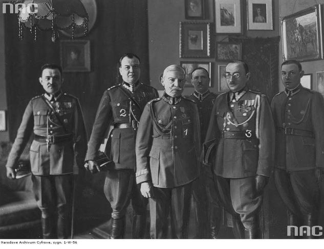 Generał Eugeniusz Dąbrowiecki (w środku) po przyjęciu odznaki honorowej (1932 r.) /Z archiwum Narodowego Archiwum Cyfrowego