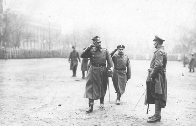 Generał Józef Dowbor-Muśnicki (1. z lewej, salutuje) podczas uroczystości zaprzysiężenia wojsk powstańczych i wręczenie sztandaru 1 Dywizji Strzelców Wielkopolskich /Z archiwum Narodowego Archiwum Cyfrowego