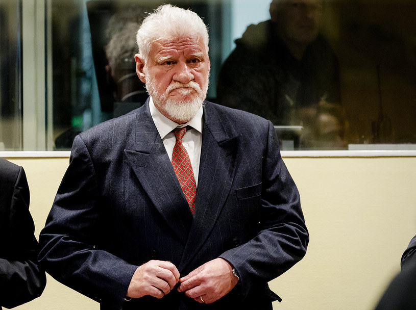 Generał Slobodan Praljak, po ogłoszeniu przez trybunał wyroku popełnił samobójstwo, zażywając truciznę /ROBIN VAN LONKHUIJSEN / POOL /AFP