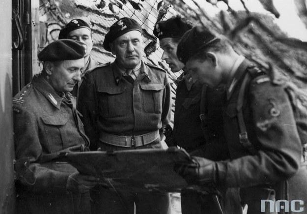 Generał Stanisław Maczek (w środku) w 1944 roku /AFP