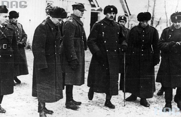 Generał Władysław Anders dokonuje inspekcji oddziałów Armii Polskiej w ZSRR. Na pierwszym planie po lewej płk Leopold Okulicki /Z archiwum Narodowego Archiwum Cyfrowego