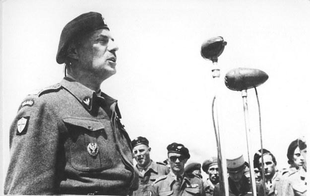 Generał Władysław Anders przemawia do żołnierzy (rok 1943) /reprodukcja FoKa /Agencja FORUM