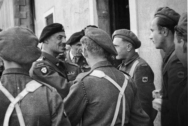 Generał Władysław Anders rozmawia z żołnierzami 5 Kresowej Dywizji Piechoty. /Z archiwum Narodowego Archiwum Cyfrowego