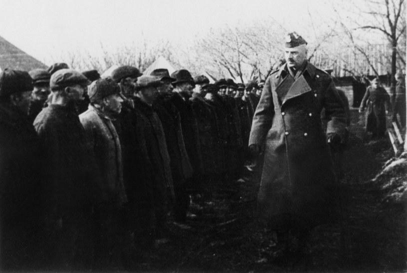 Generał Władysław Anders wśród żołnierzy uratowanych z sowieckich łagrów /Archiwum autora