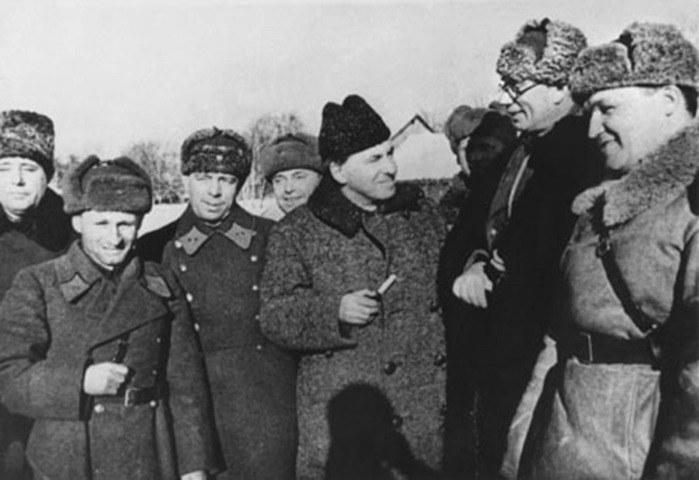 Generał Własow (drugi z prawej) po bitwie pod Moskwą /Bundesarchiv /INTERIA.PL/materiały prasowe