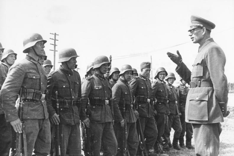 Generał Własow przed szeregiem żołnierzy Rosyjskiej Armii Wyzwoleńczej /Bundesarchiv /INTERIA.PL/materiały prasowe