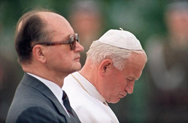 Generał Wojciech Jaruzelski i Jan Paweł II podczas pielgrzymki papieża do Polski /AFP