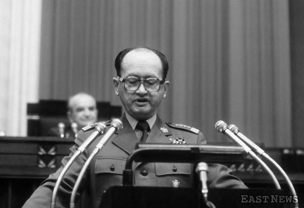 Generał Wojciech Jaruzelski, w jednej osobie pierwszy sekretarz KC PZPR, premier PRL i minister obrony PRL występuje w sejmie PRL w 1981 r. /Laski Diffusion /East News