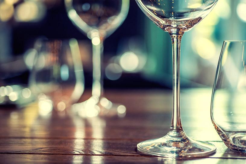 """""""Generalnie spożywanie alkoholu w nadmiernej ilości zawsze wiązało się z obniżeniem odporności. Mitem jest, że odkażamy sobie organizm przed wirusami pijąc alkohol"""" /123RF/PICSEL"""