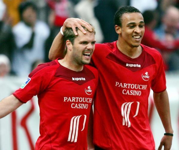Geoffrey Dernis (z lewej) i Peter Odemwingie zdobyli w sumie trzy gole dla Lille /AFP