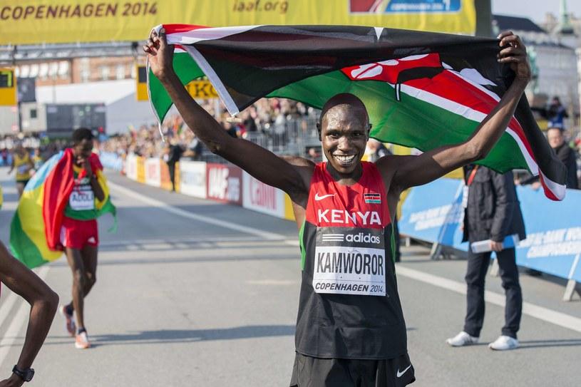 Geoffrey Kipsang Kamworor triumfuje /AFP