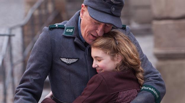 """Geoffrey Rush i Sophie Nélisse w scenie z filmu """"Złodziejka książek"""" /materiały dystrybutora"""