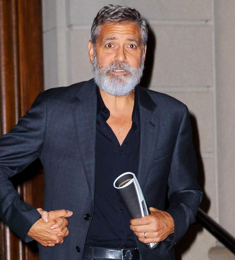 """George Clooney zapuścił brodę specjalnie specjalnie do roli w """"Niebie o północy"""" /Jackson Lee/GC Images /Getty Images"""