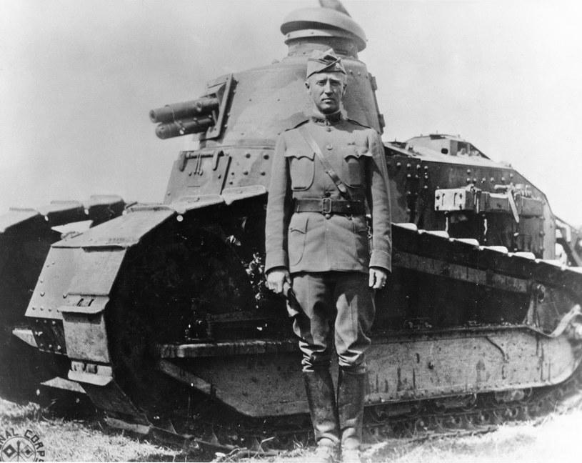 George Patton przed czołgiem Renault FT-17 w 1918 r. /Wikimedia Commons /INTERIA.PL/materiały prasowe