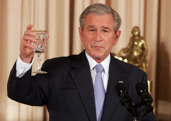 George W. Bush - mistrz toastowych wpadek, którymi w ogóle się nie przejmował /AFP
