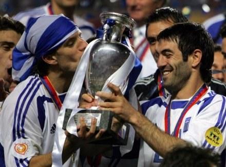 Georgios Karagounis całuje trofeum. /AFP