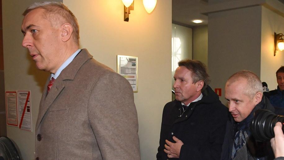 Gerald Birgfellner  (w środku) w drodze do prokuratury. Towarzyszą mu adwokaci Jacek Dubois i Roman Giertych / Radek Pietruszka   /PAP