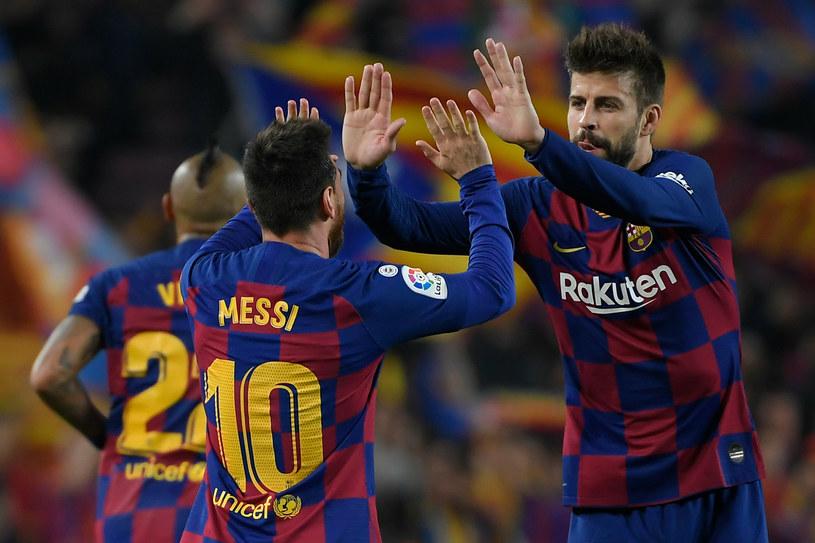 Gerard Pique i Leo Messi. Mają dużo do powiedzenia na boisku, ale też poza nim. /AFP