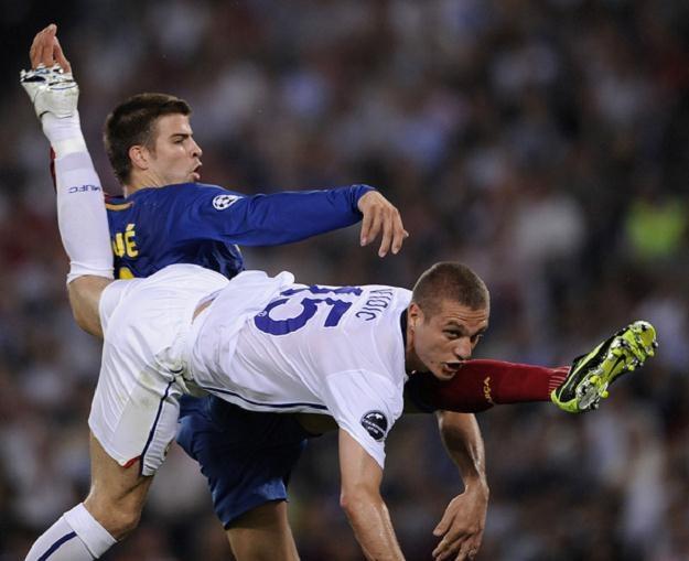 Gerard Pique i Nemanja Vidić pamiętają finał z 2009 roku. W sobotę zmierzą się ponownie /AFP