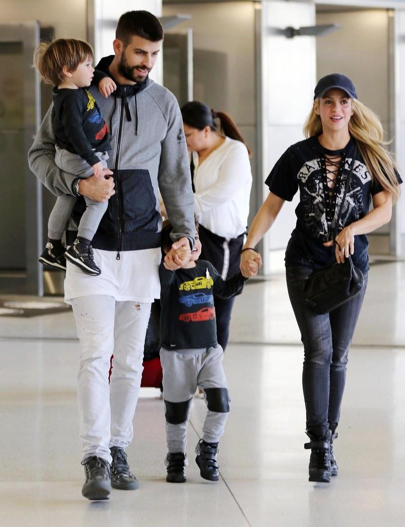 Gerard Pique i Shakira z synami /East News