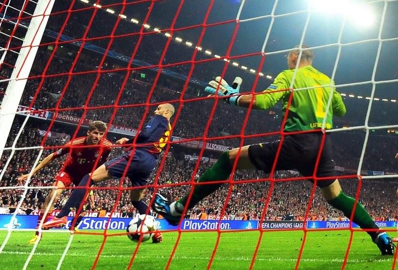 Gerard Pique nie upilnował Thomasa Muellera i tak padła pierwsza bramka dla Bayernu /PAP/EPA